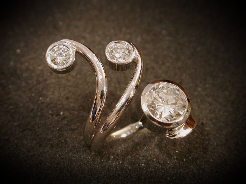 Ring in floralem Design mit drei Diamanten