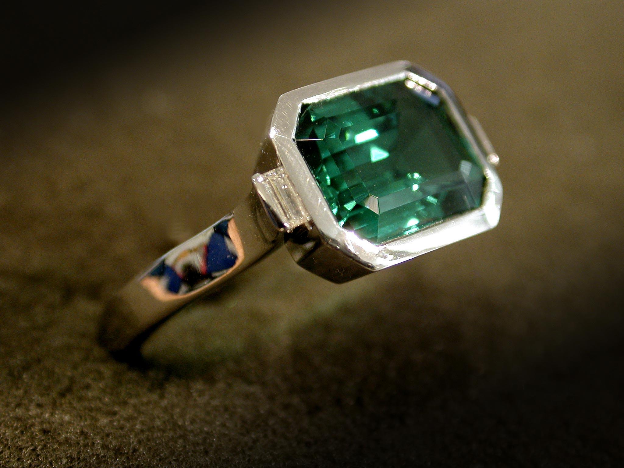 Verdelit (Turmalin) mit Diamant in Baguetteschliff